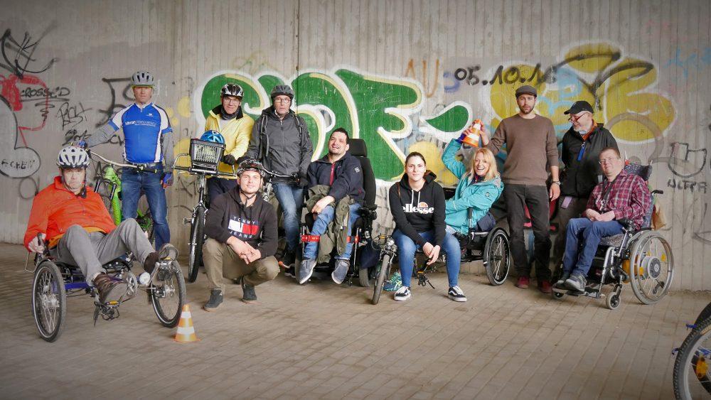 Bewohner der Pro-Mobil-Wohngruppe Cranachstraße absolvierten ein Fahrsicherheitstraining gemeinsam mit Mitarbeitern von Vitz Federn. Foto: Pro Mobil
