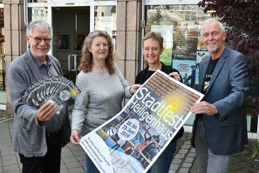 Haben das Programm beim Stadtfest in Heiligenhaus vorgestellt: Jürgen Weger, Veronika Kautz, Almuth Schildmann-Brack und Thomas Langmesser, Leiter des Geschäftsbereichs Soziales, Jugend und Kultur Foto: Mathias Kehren