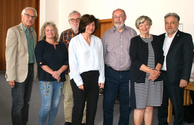 Bürgermeister Thomas Dinkelmann (r.) und Sozialamtsleiterin Anja Karp (2.v.l.) mit dem neuen Vorstand des Seniorenrates. Foto: Kreisstadt Mettmann