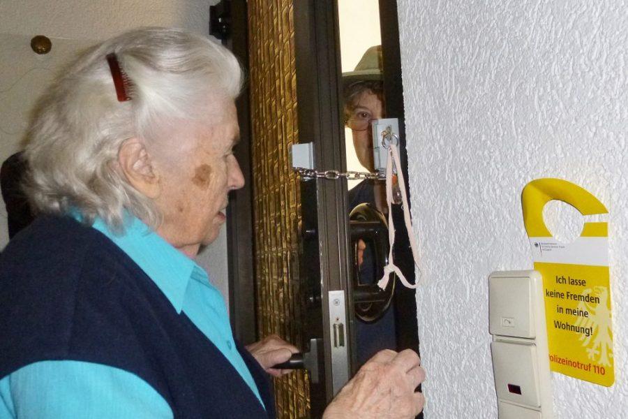 Die Polizei warnt vor Trickbetrügern, die sich gezielt ältere Bürgerinnen und Bürger als Opfer aussuchen. Symbolfoto: Polizei