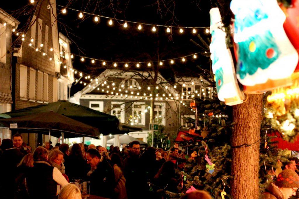 Der 48. Blotschenmarkt in Mettmann läuft: Bis zum 15. Dezember herrscht weihnachtliche Stimmung auf dem historischen Markt rund um die Kirche St. Lambertus. Foto: André Volkmann