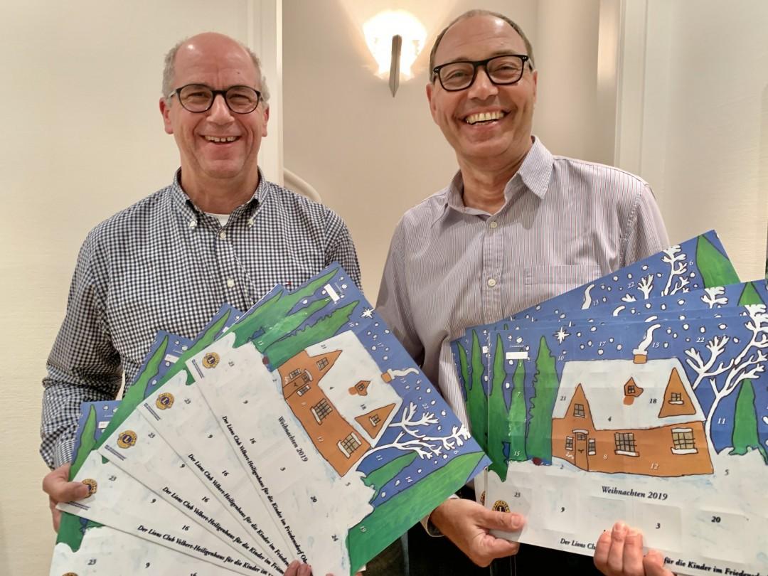 Sie präsentieren die neue Auflage des Adventskalenders: Sekretär Martin Bürgener und Präsident Jörg Liebig. Foto: Lions