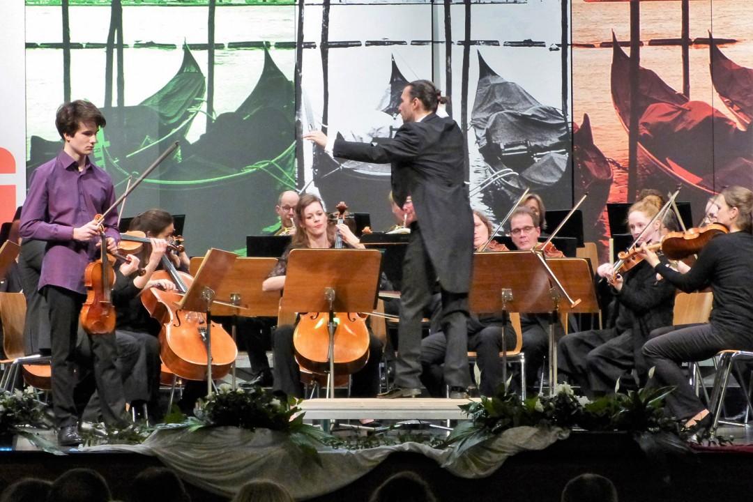 Das Studio Orchester Duisburg unter der Leitung von Thomas Jung gibt bei der Kreissparkasse in Heiligenhaus ein Neujahrskonzert. Foto: Veranstalter
