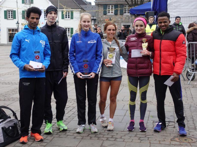 Die Siegerinnen und Sieger des Hauptlaufs über zehn Kilometer posieren für das obligatorische Gruppenfoto: Foto: ASC Ratingen