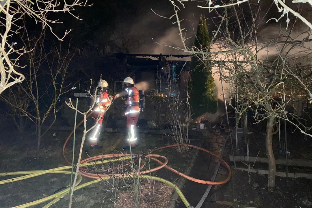 Die Gartenlaube wurde vollständig ein Raub der Flammen. Foto: Feuerwehr Velbert