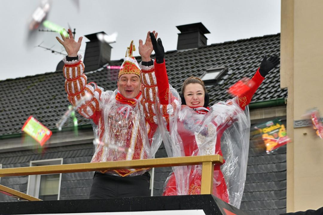 Das Velberter Prinzenpaar, Saskia I. und Markus I., mit Gefolge ließ einen Kamelle-Regen auf die Besucher des Rosenmontagszugs niedergehen. Foto: Mathias Kehren
