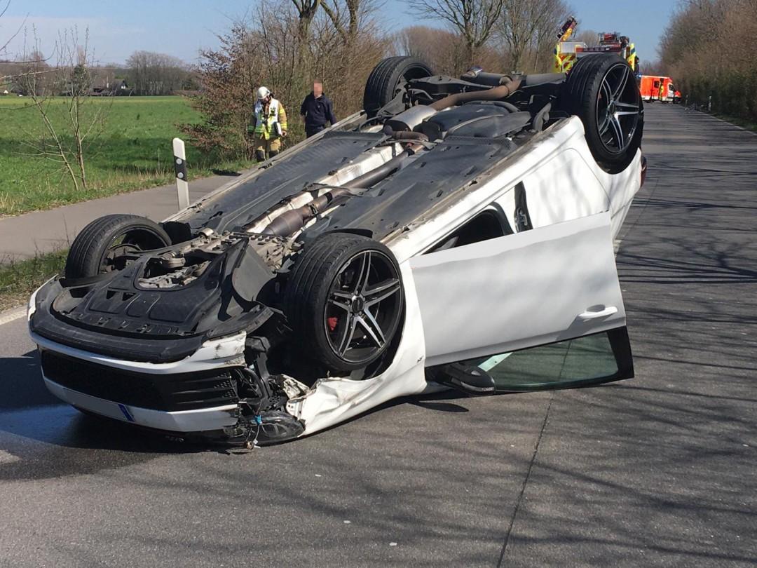 Durcfh die Wucht des Aufpralls wurde der Wagen des Mettmanner auf das Dach geschleudert. Foto: Feuerwehr Mettmann