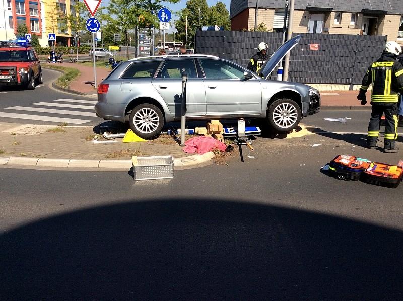 Auf der Johannes-Flintrop-Straße überfuhr der Wagen eine Verkehrsinsel und erfasst im Bereich eines Zebrastreifens einen Fußgänger. Foto: Feuerwehr Mettmann