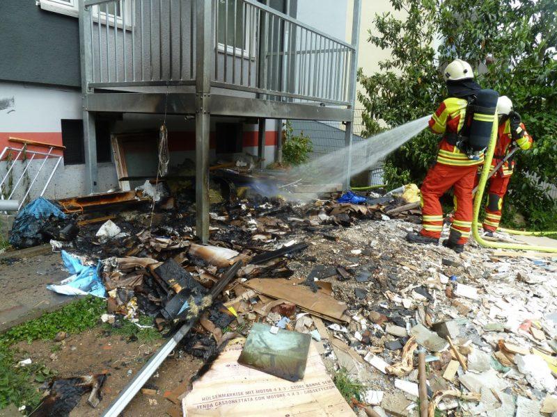 Löscharbeiten am Südring: Unter einem Balkon gelagerter Bauschutt ist in Brand geraten. Foto: Feuerwehr Heiligenhaus