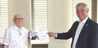 """Vadym Fridman (l.), Vorsitzender des Jüdischen Kulturvereins Ratingen, übergab Bürgermeister Klaus Pesch das erste Exemplar des Buches """"Schalom Ratingen – Volljährigkeit"""". Foto: Stadt Ratingen"""