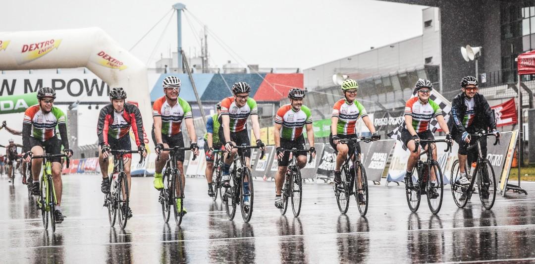 Die Rennradfahrer bei der Zieleinfahrt am Nürburgring im vergangenen Jahr. Foto: Privat