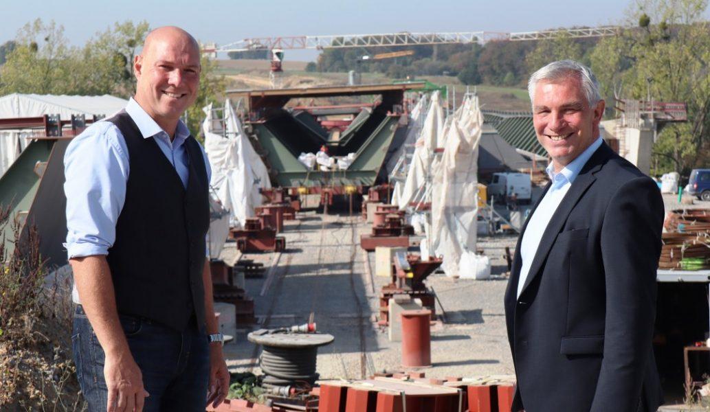 Die Bürgermeister von Ratingen und Velbert, Klaus Pesch (rechts) und Dirk Lukrafka, setzen darauf, dass beim A44-Lückenschluss bald der letzte Knoten durchschlagen ist. Foto: Stadt Ratingen