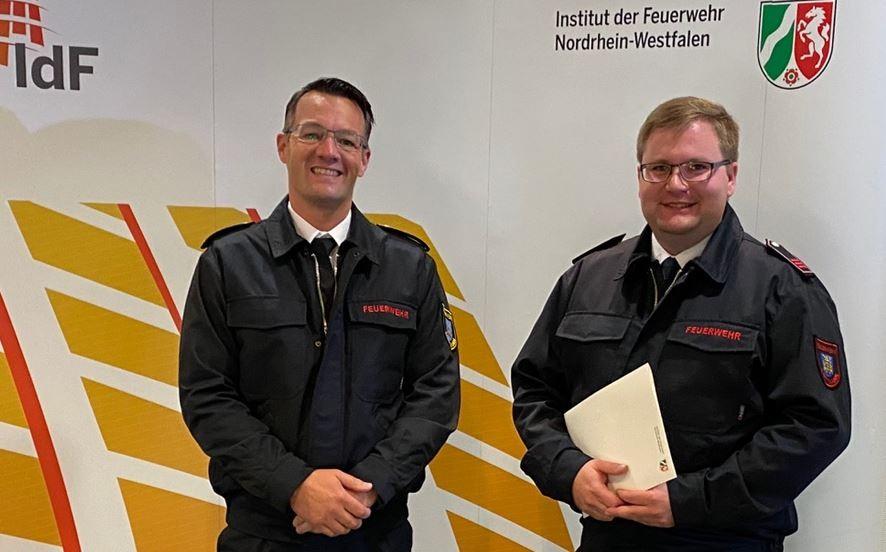 Matthias Mausbach (l.), stellvertretender Leiter der Feuerwehr, gratulierte Christoph Siegert zum bestandenen Lehrgang. Foto: Feuerwehr Mettmann