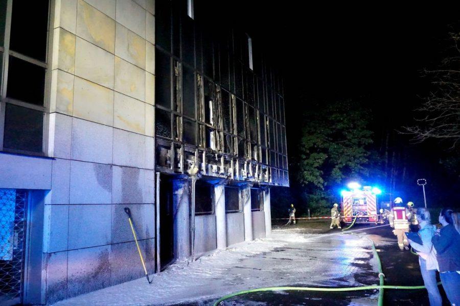 Die Fassade des Gebäudes wurde durch beschädigt. Foto: Feuerwehr Ratingen