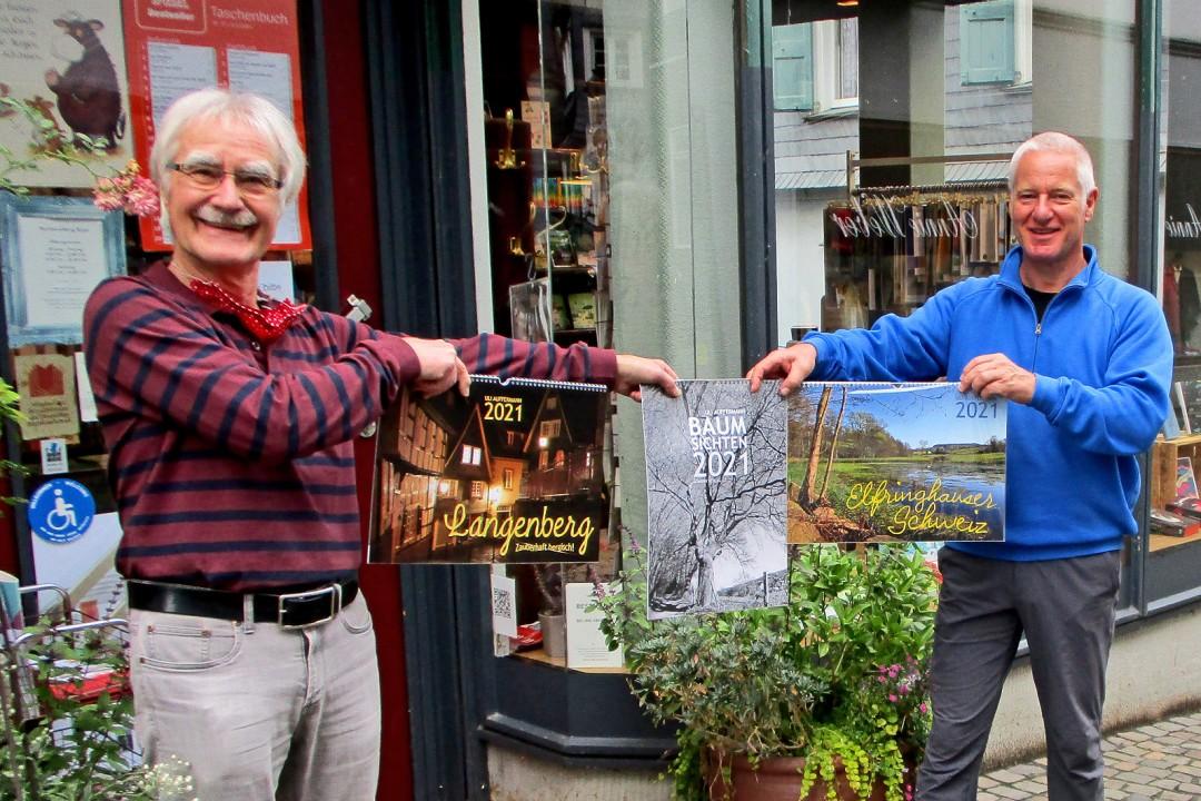 """Buchhändler Peter Kape und Uli Auffermann mit den neuen Jahreskalendern 2021 """"Langenberg – zauberhaft bergisch!"""