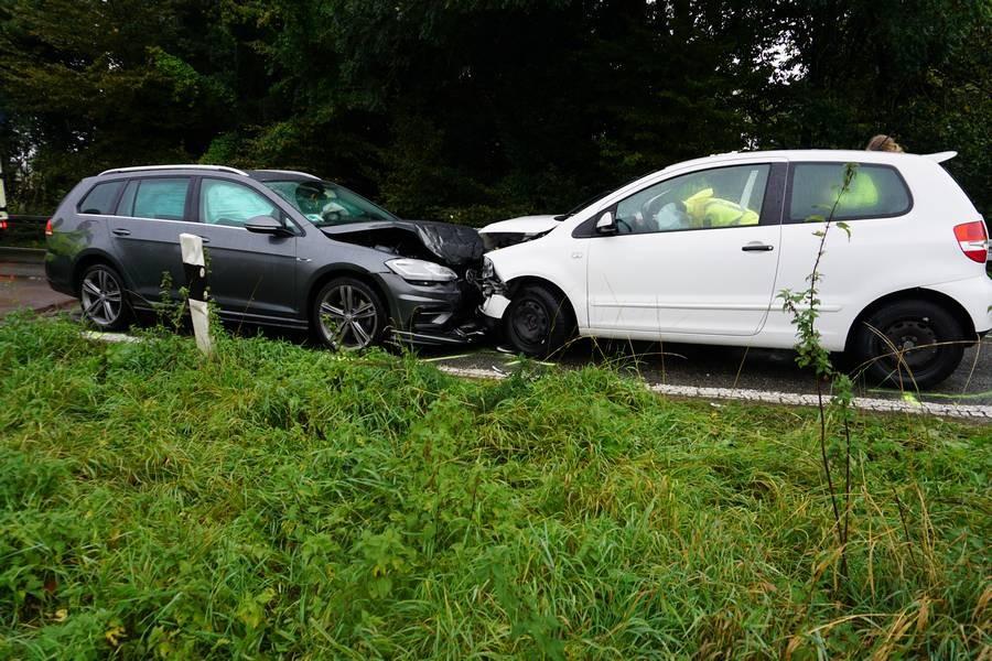 Am Schöllersfeld stießen die beiden Wagen frontal zusammen. Foto: FW Ratingen