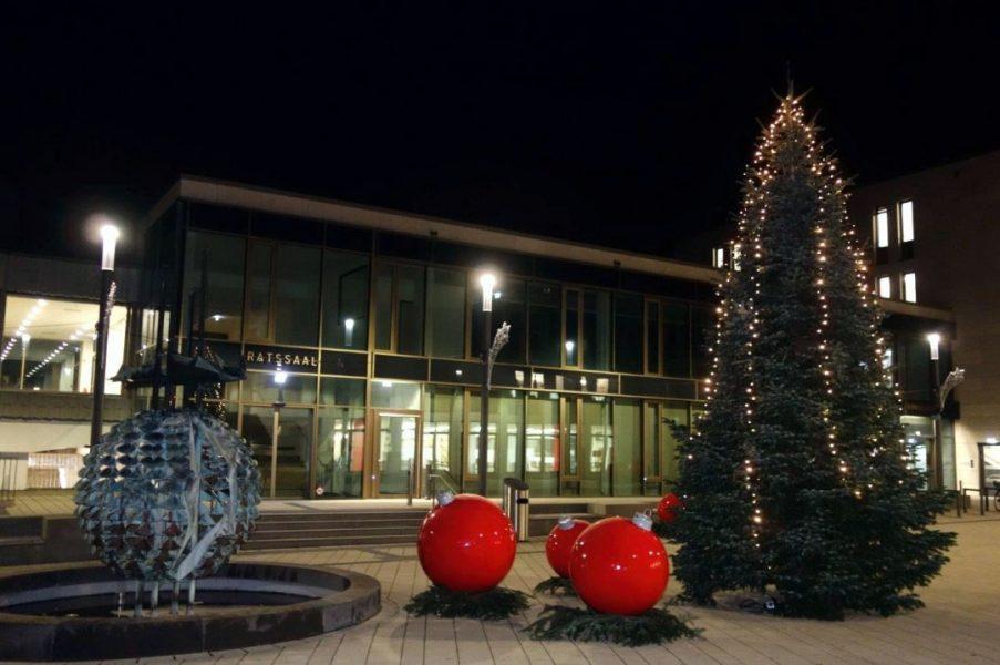 Auf dem Rathausvorplatz sorgen ein prächtiger Tannenbaum, sieben große Weihnachtskugeln und leuchtende Sterne für adventliche Stimmung. Foto: Stadt Ratingen