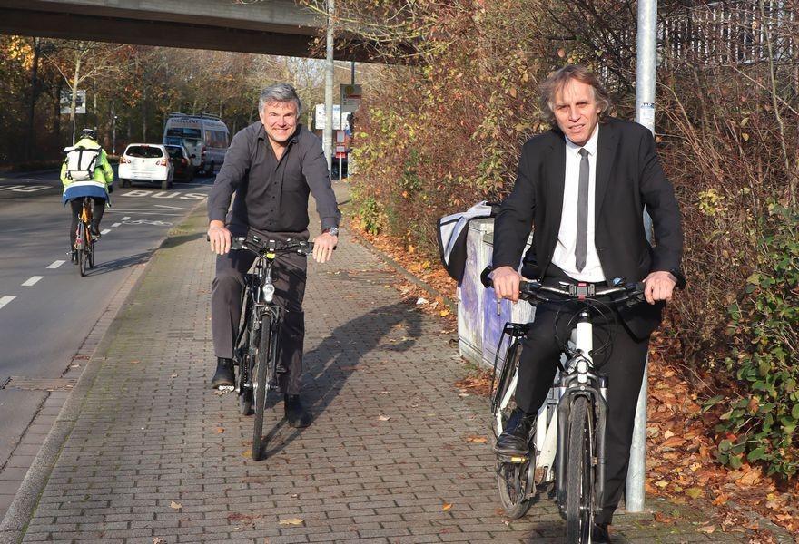 Sie wollen die Bedingungen für den Radverkehr in Ratingen weiter verbessern: Planungsdezernent Jochen Kral (rechts) und der Fahrradbeauftragte Martin Willke. Foto: Stadt Ratingen