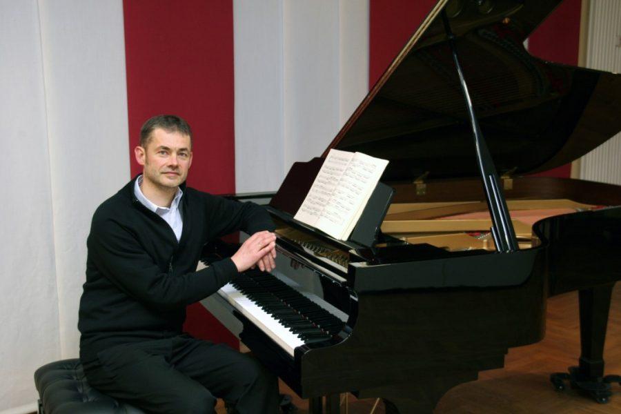 Regionalkantor Matthias Röttger, hier am Flügel, spielt am Sonntag auf der Orgel. Foto: Matthias Röttger
