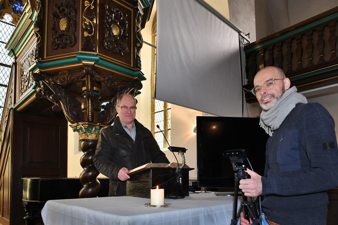 Pastor Detlev Gruber und CVJM-Jugendleiter René Görtz haben das Programm der evangelischen Gemeinde Neviges vorgestellt, mit dem trotz Corona-Auflagen das Weihnachtsfest gefeiert werden kann. Foto: Mathias Kehren