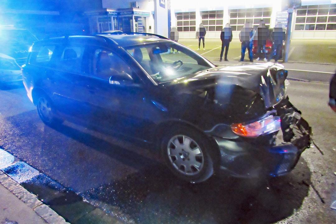 Der schwer beschädigte Volvo nach der Karambolage. Foto: Polizei