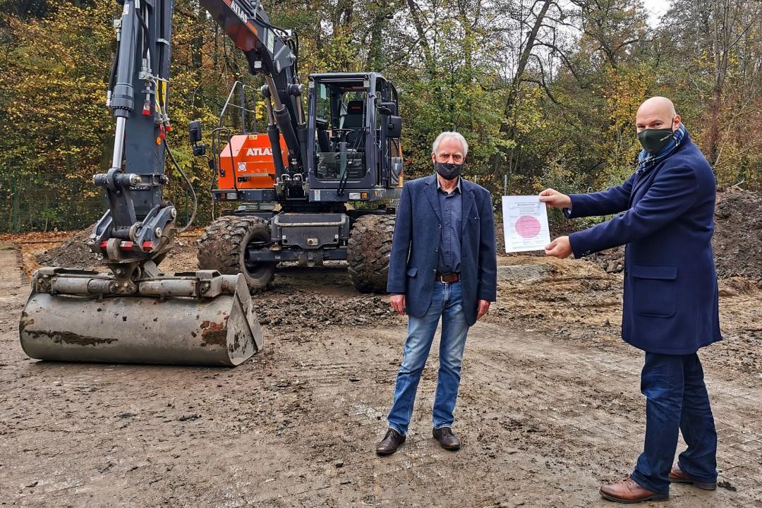 Der Bagger ist schon in Position: Dieter Horn, Vorstandsmitglied des Fördervereins, und Bürgermeister Dirk Lukrafka auf dem Grund, wo das neue Gebäude entstehen soll. Foto: Stadt Velbert
