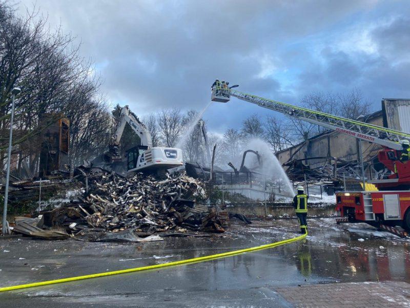 Unterstützung erhalten die Feuerwehren an der Einsatzstelle von einem Abrissunternehmen. Foto: FW Erkrath