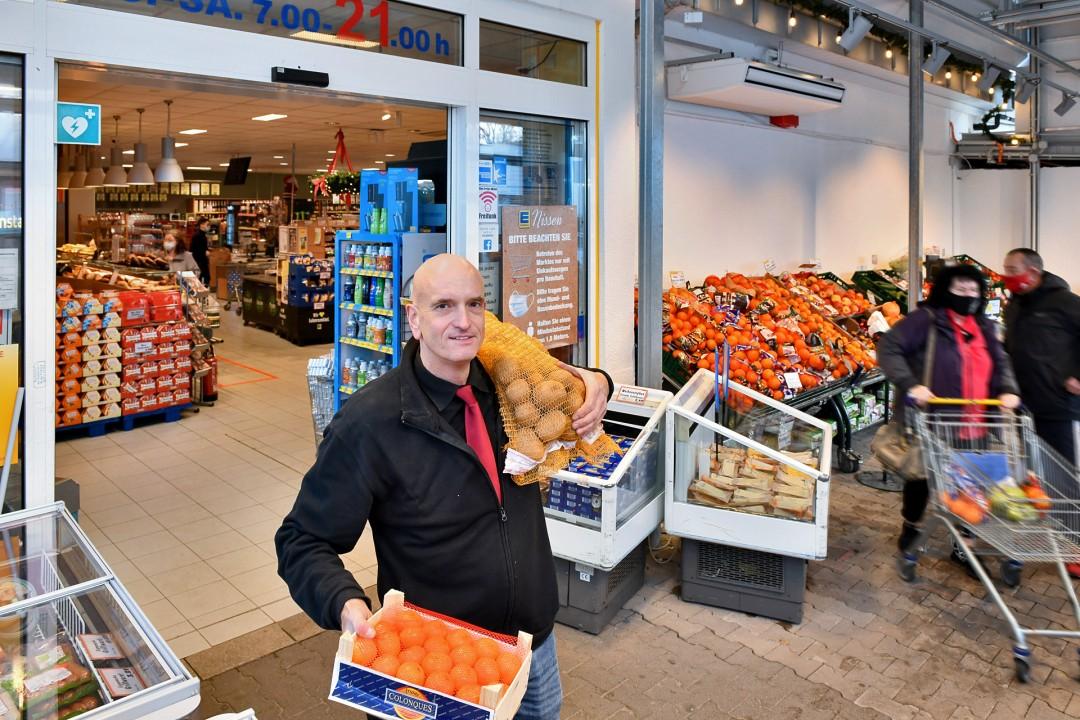 Tageslicht durchflutet und im Sommer sogar offen: Joachim Nissen in der neuen Markthalle Foto: Mathias Kehren