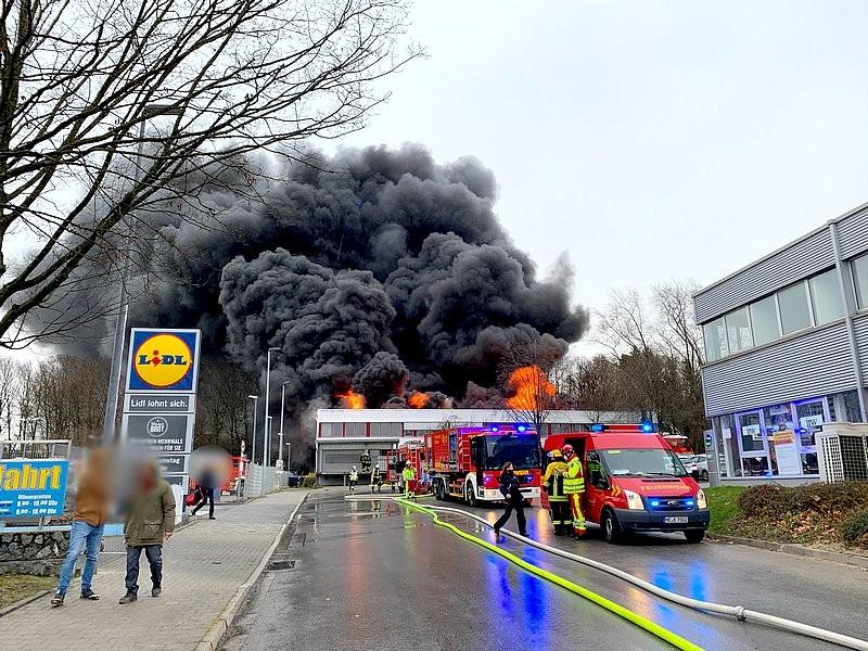 An der Röntgenstraße in Erkrath-Hochdahl kam es zu einem Großbrand. Foto: FW Erkrath