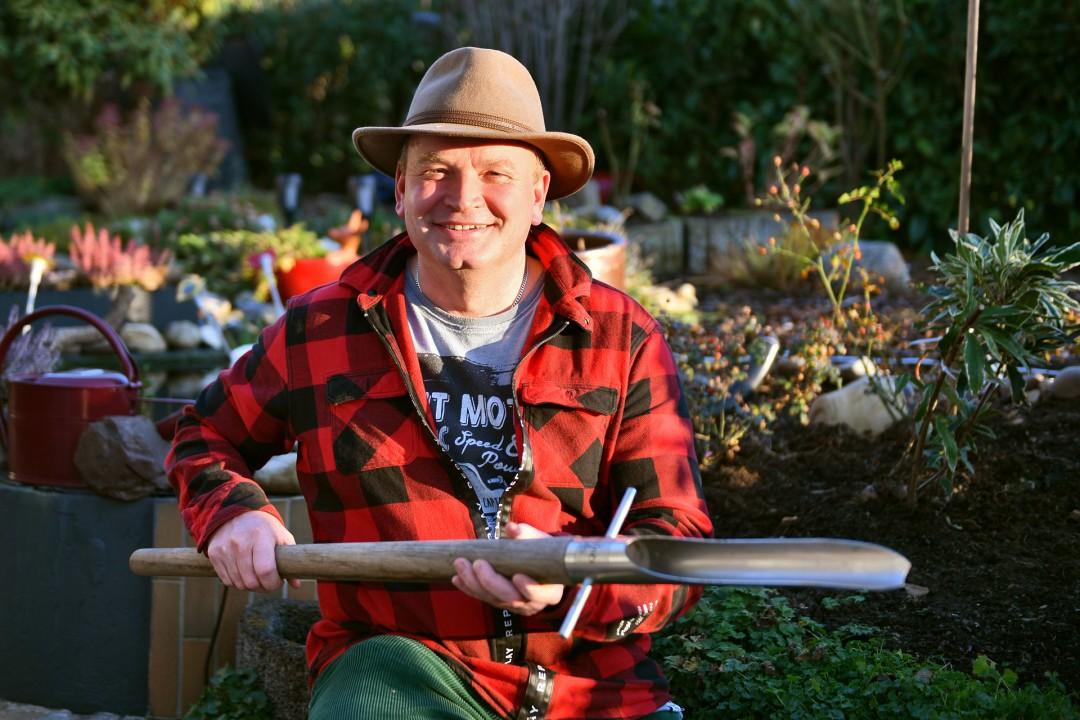 Robert Both ist der Garten-Peter - praktische und professionelle Gartenwerkzeuge sind sein Geschäft, für die kalten Tage hat er auch wärmende Kissen mit Rapsfüllung im Programm. Foto: Mathias Kehren