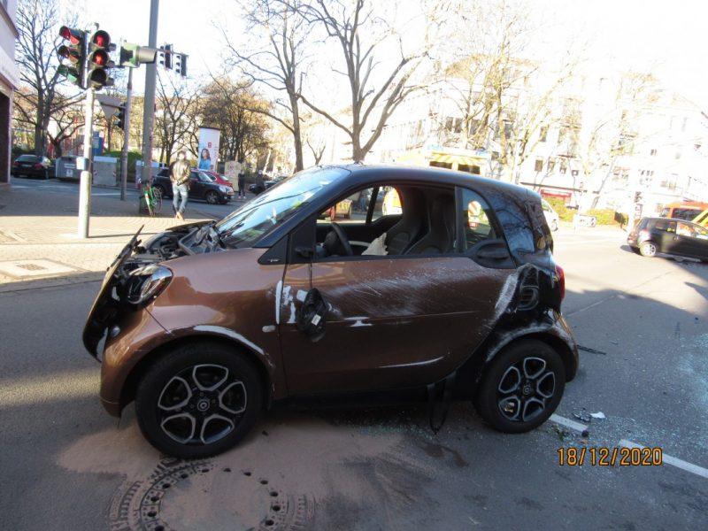 Der bei dem Unfall beschädigte Smart. Foto: Polizei