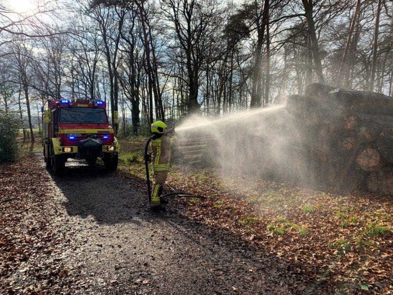 In einem Waldstück brannte ein Stapel Baumstämme. Foto: FW Ratingen