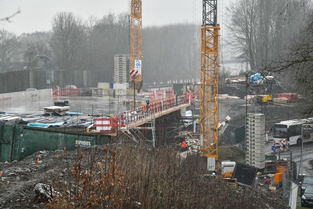 Über der Schmalenhofer Straße baut Straßen.NRW an der neuen Brücke der A535. Foto: Mathias Kehren