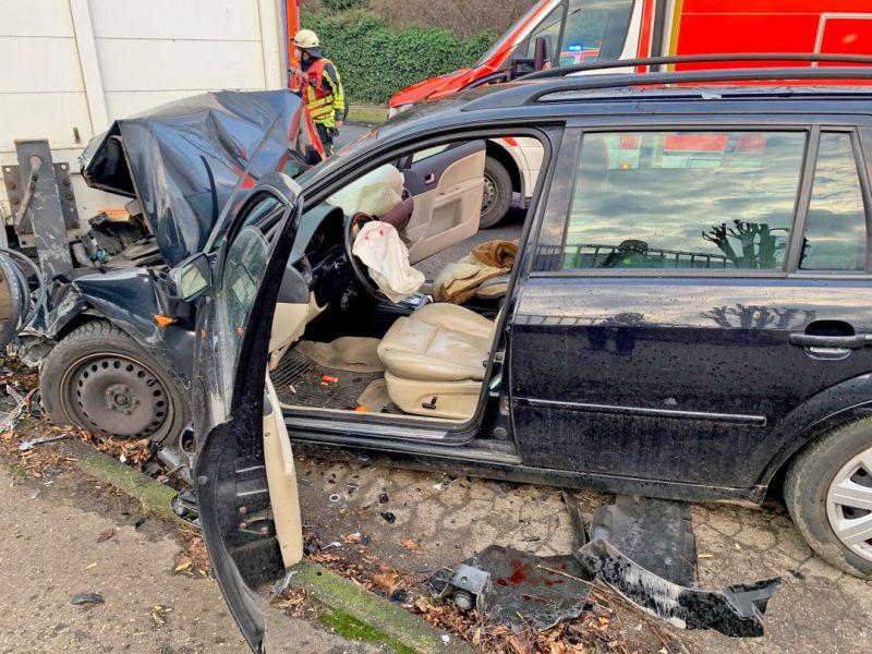 Der Ford Mondeo wurde bei dem wuchtigen Aufprall im Frontbereich beschädigt. Foto: Polizei