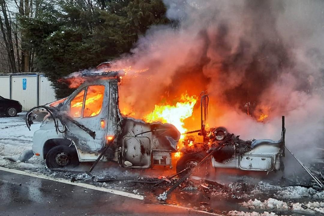 Beim Eintreffen der Feuerwehr brannte das Wohnmobil bereits in voller Ausdehnung. Foto: Feuerwehr Velbert