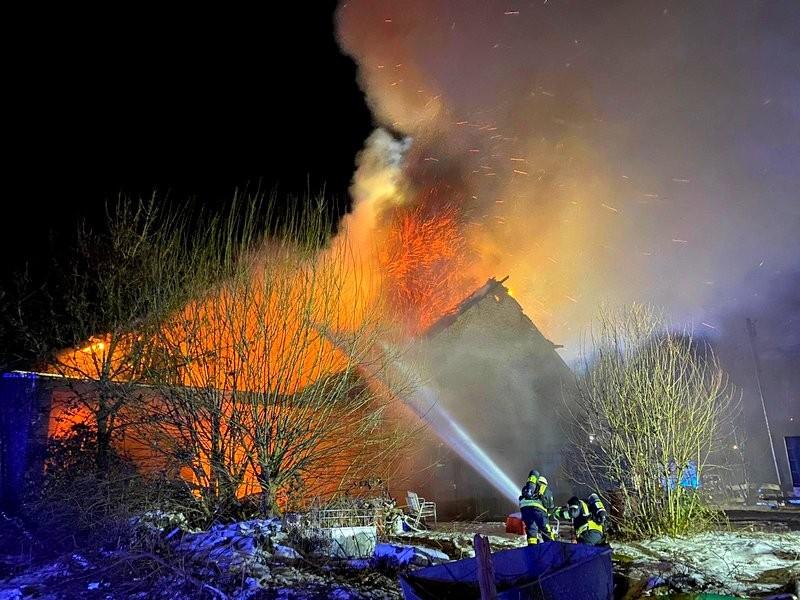 Die Scheune stand bei Eintreffen der ersten Feuerwehrkräfte in Vollbrand. Foto: Feuerwehr Mettmann