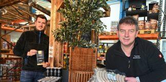 Freuen sich auf den Start der Grillsaison: Thomas Bleckmann (r.) und Marian Stum. Foto: Mathias Kehren