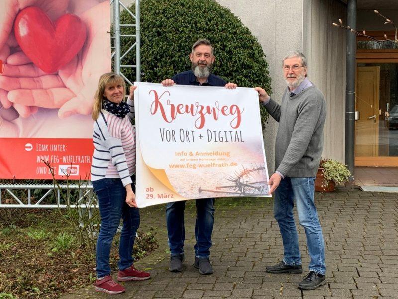 Silke Ott, Dirk Winnes und Pastor Diethelm Bedenbender freuen sich über das doppelte Angebot für den Besuch den Kreuzweges. Foto: FeG Wülfrath