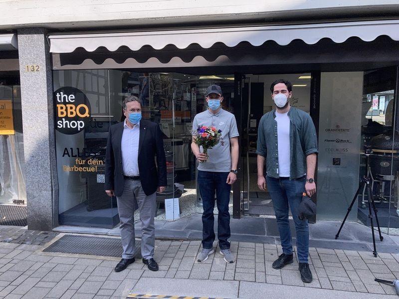 Bürgermeister Rainer Ritsche wünscht Marc Schwirz und Raoul Finzenhagen viel Erfolg mit ihrem neuen Geschäft. Foto: Stadt Wülfrath