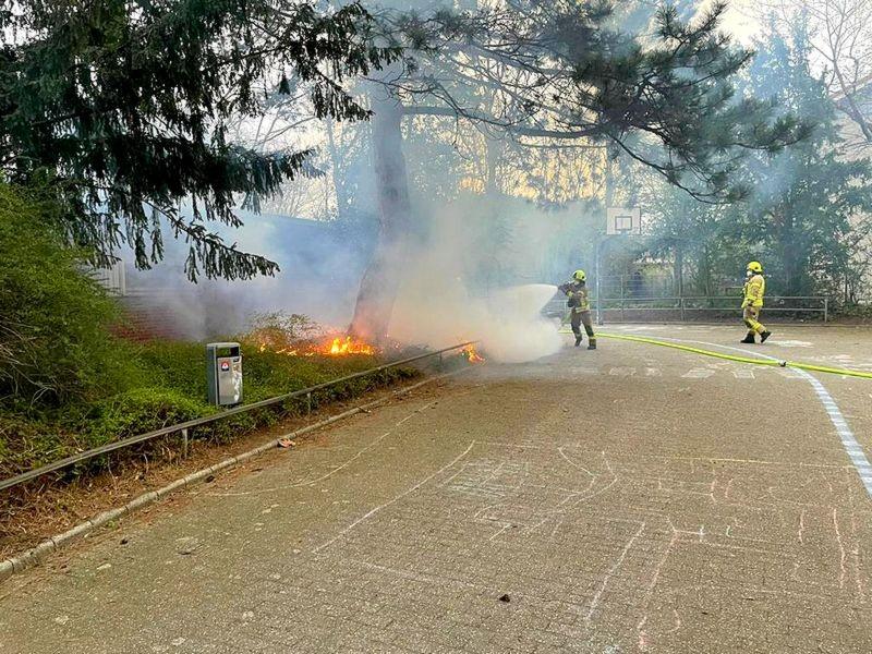 In Ratingen-Lintorf brannte an einer Schule Unterholz. Foto: Feuerwehr Ratingen