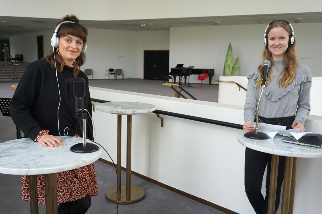 Start für den Podcast des Aalto-Theaters: In der ersten Episode unterhält sich Lea Röhrig (r.) aus der Presse- und Öffentlichkeitsarbeit mit Kostümassistentin Amelie Albrecht (l.). Foto: Aalto Theater