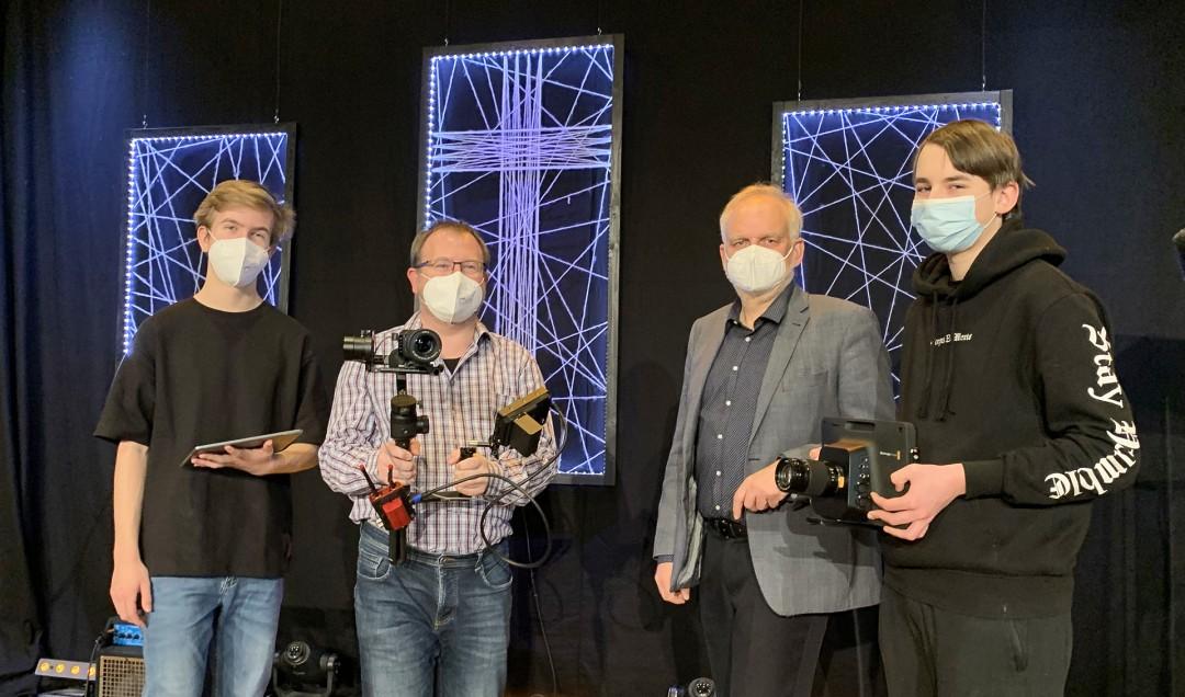 Der leitende Pastor der Christus Gemeinde Velbert, Frank Uphoff (2. v r.) mit einem Teil des Produktionsteams. Rechts neben ihm Timo Strobel, dazu zwei jugendliche Mitarbeiter des Teams. Foto: privat