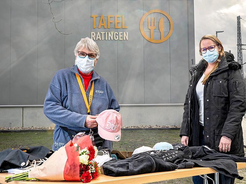 Freude auf beiden Seiten: Ingrid Bauer, erste Vorsitzende der Tafel Ratingen, bei der Spendenübergabe mit Ciociola- Marketingleiterin Isabel Fürst. Foto: Ciociola