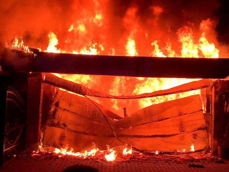An der Neanderstraße in Ratingen-Ost stand eine Garage in Flammen. Foto: Feuerwehr Ratingen