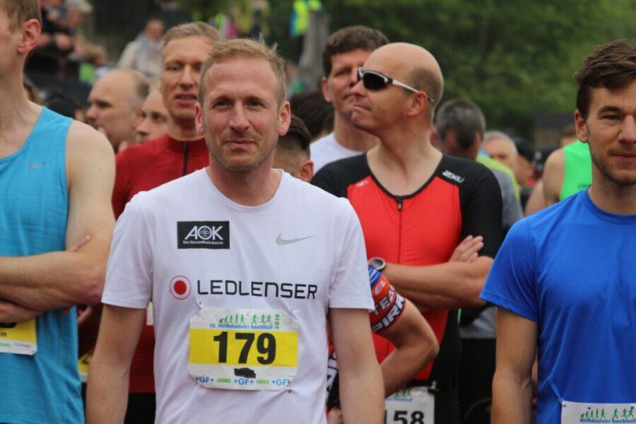 Der Lokalmatador Jan Fitschen war auch beim alternativen Bachlauf dabei - zwei Wochen vor dem Startschuss gab er Tipps für Läuferinnen und Läufer. Foto: Volkmann