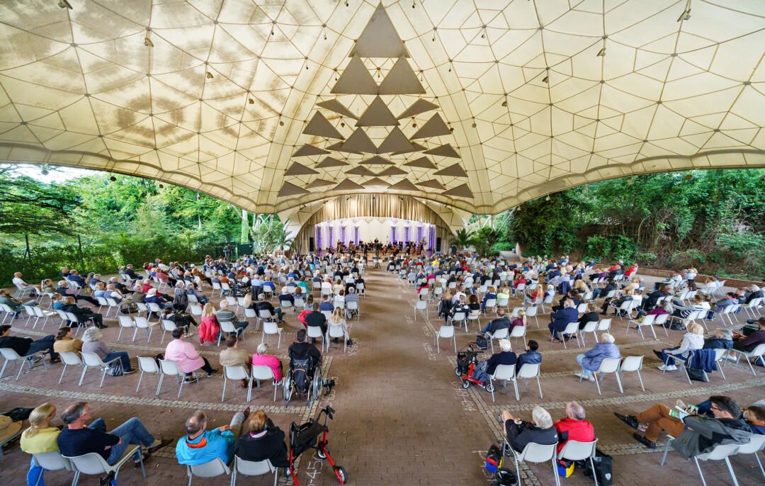 Ein Konzert der Essener Philharmoniker im Grugapark, das mit einem Sitzplan unter Corona-Bedingungen stattfand. Foto: Volker Wiciok/TUP