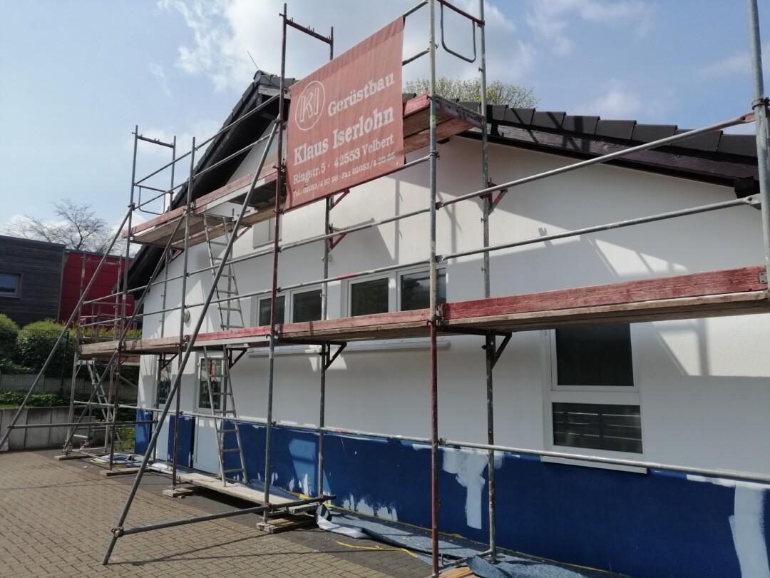 Das Gerüst steht schon - in den kommenden Monaten wird das Vereinsheim am Sportplatz am Berg renoviert. Foto: SSVg