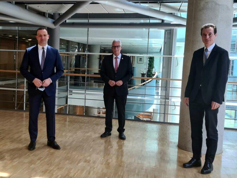 Bundesgesundheitsminister Jens Spahn mit Landrat Thomas Hendele und Martin Klein (Hauptgeschäftsführer LKT NRW). Foto: LKT NRW