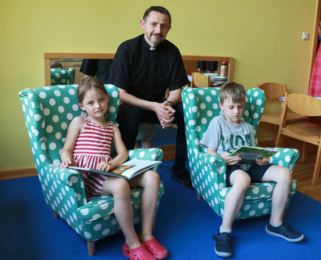 Joanna und Paul testen die neuen Sessel, die der Förderverein für die Caritas-Arbeit gespendet hat, hier vertreten von Nicola Nuszer. Foto: Caritas