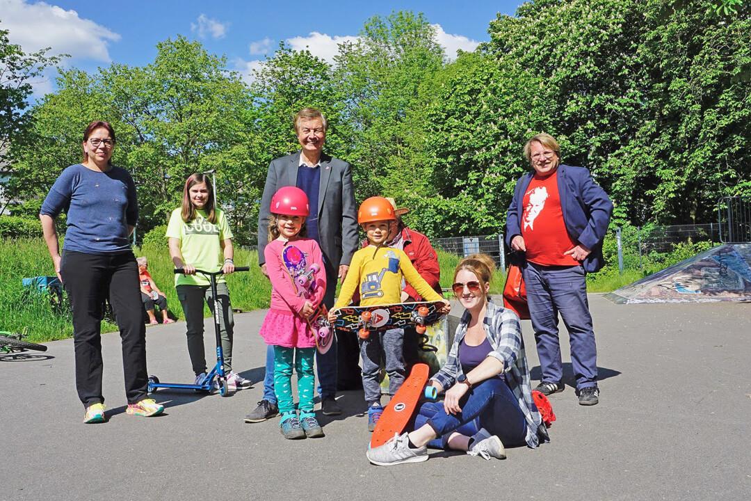 Mitglieder der SPD Heiligenhaus suchten das Gespräch mit Nutzern der Skateanlage
